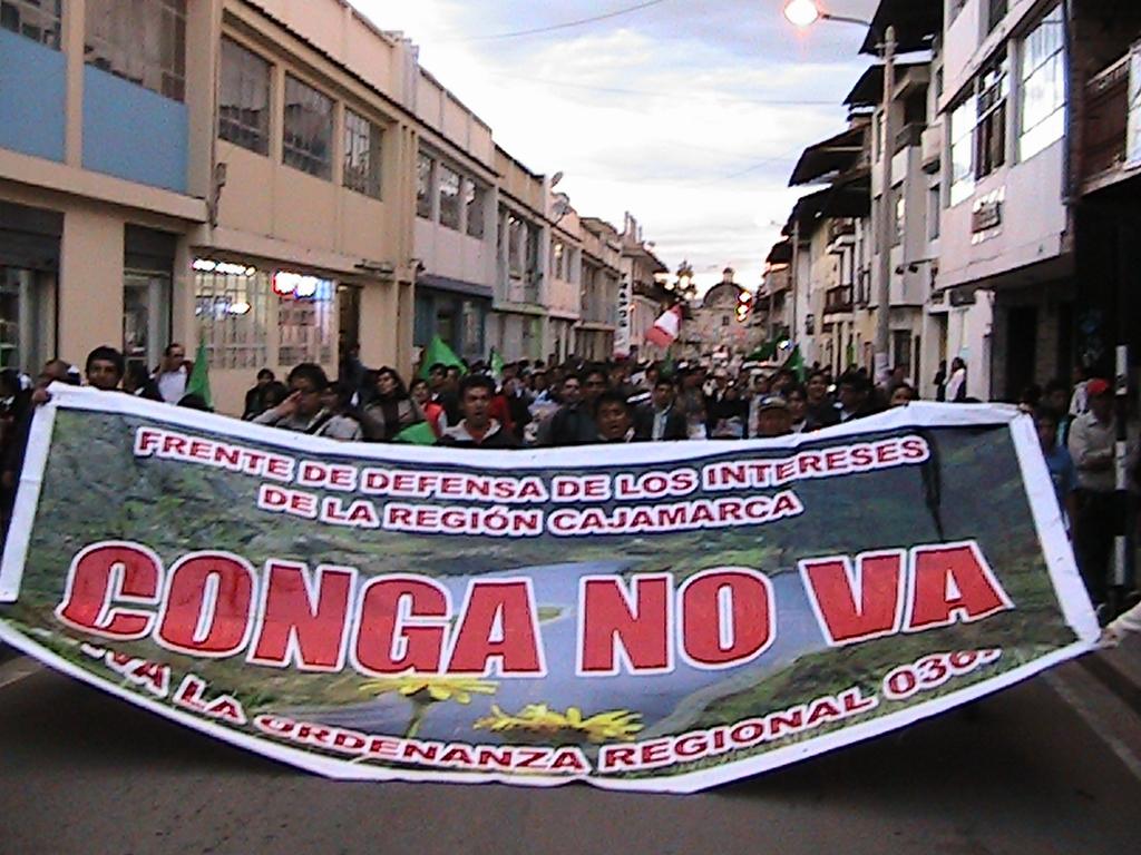 Protesto recente em Cajamarca contra a realização do projeto Conga (foto: http://www.caballeroredverde.blogspot.com)