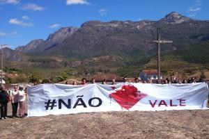 Atingidas pela Vale abrem faixa contra empresa em Catas Altas (MG), com a Serra do Caraça ao Fundo