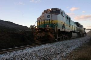 O trem da Vale corta diversas cidades, rachando casas, levantando poeira e incomodando a todos com o barulho
