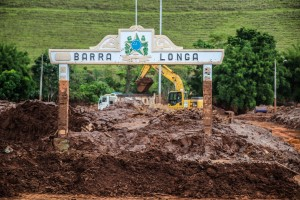 Lama proveniente da barragem de rejeitos do Fundão, operada pela Samarco (Vale/BHP), promove destruição em Barra Longa, município vizinho a Mariana (MG).