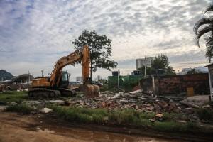 Trator é usado para demolir associação de moradores nesta quarta-feira, dia 24. Foto de Daniela Fichino.