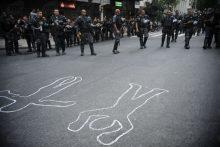 Ativistas e moradores de comunidades carentes de Copacabana protestam nas ruas do bairro contra a Copa do Mundo e pedem o fim da violência policial nas favelas (Fernando Frazão/Agência Brasil)
