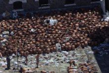 Brasil, São Paulo, SP. 19/02/2001. Vista aérea de detentos na Penitenciária do Estado no Complexo do Carandiru, na zona norte da capital paulista, durante a ocorrência de uma série de rebeliões em diversos presídios do Estado de São Paulo, numa ação organizada pelo PCC (Primeiro Comando da Capital), que deixou vários mortos. - Crédito:MÔNICA ZARATTINI/ESTADÃO CONTEÚDO/AE/Codigo imagem:20999