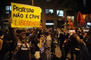 Ativistas políticos participam de uma passeata contra a repressão e a criminalização das manifestações (Tomaz Silva/Agência Brasil) 30/07/2014
