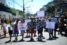 Moradores do Complexo do Alemão fazem protesto pacífico pedindo paz na comunidade e justiça pela morte do menino Eduardo de Jesus, 10 anos, atingido na quinta-feira (2) por uma bala perdida (Tomaz Silva/Agência Brasil)