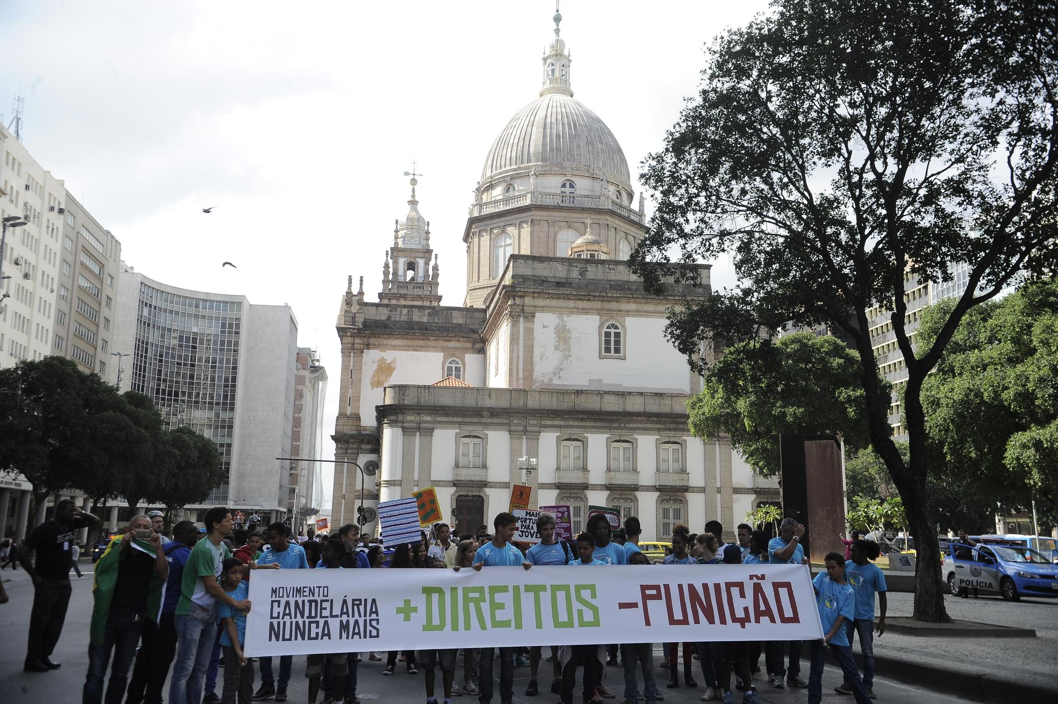 Caminhada em Defesa da Vida em memória à Chacina da Candelária, ocorrida há 22 anos, em 23 de julho de 1993 (Tânia Rêgo/Agência Brasil)
