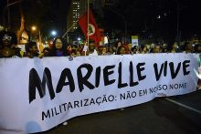 Manifestantes fazem passeata no centro do Rio de Janeiro para lembrar 120 dias do assassinato da Vereadora Marielle Franco e seu motorista, Anderson Gomes, e as vítimas durante operações policiais no combate ao tráfico de drogas.