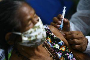 Vacinação na aldeia indígena Umariaçu, próximo a Tabatinga, Amazonas.