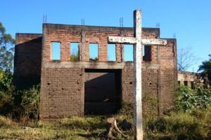 Até mesmo a igreja de Sobradinho foi abandonada, uma vez que os moradores foram embora por causa da poluição causada pela mineração