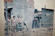 Na frente de casa na Favela de Acari, onde o crime ocorreu. Foto: arquivo/ZéLuís.